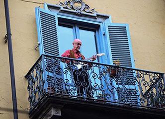 不愧是文艺复兴发源地!在家隔离的意大利人把阳台都变成了音乐会现场…