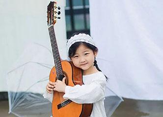 被这个6岁南京小萝莉的波萨诺瓦弹唱萌坏了...又要骗我生女儿!