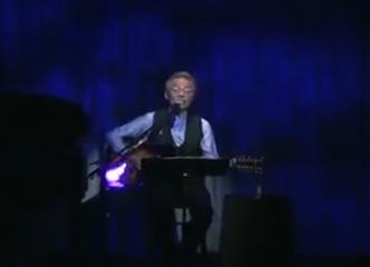听谷村新司现场弹唱《爱在深秋》,大师级人物演唱意境就是不同!太绝了!