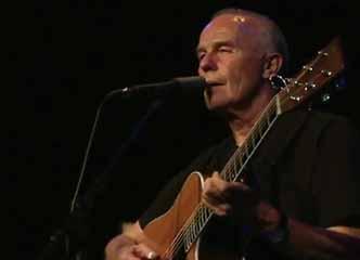 一把老吉他,一个老男声,唱着随风而去的岁月......