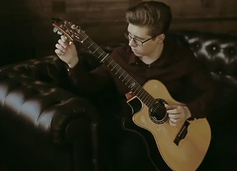 """边弹琴还边""""调音"""" ?这位左撇子吉他少年简直逆天啦!"""