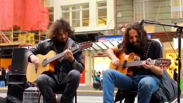 国外街头艺人吉他现场演奏,超一流水准的现场吉他演奏