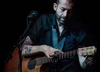 这位吉他大神用指弹吉他的方式弹唱,他是一位不折不扣的高手